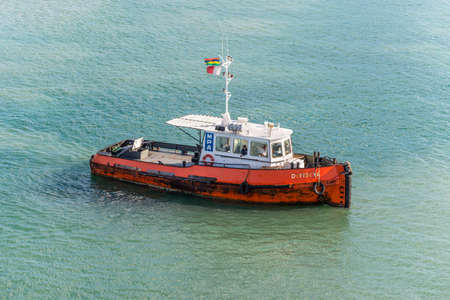 Port Louis, Mauritius - December 25, 2015: Tugboat Dombeya in Port Louis, Mauritius. Port Louis was already in use as a harbor in 1638. 新聞圖片