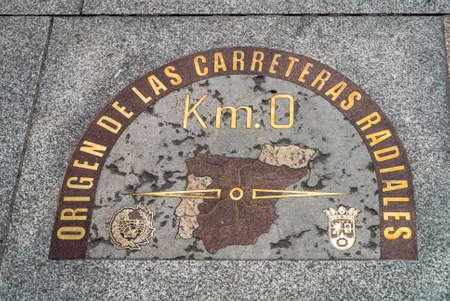 마드리드, 스페인 - 2014 년 5 월 22 일 : 유명한 간판 플레이트 Km. 스페인 광장의 푸에르타 델 솔 (Puerta del Sol) (게이트 일 (Gate of the Sun)) 포장 도로에 위치