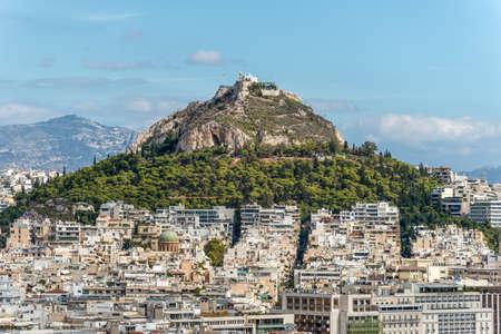 Athen, Griechenland - 1. November 2017: Stadtbild von Athen und von Lycabettus-Hügel, alias Lykabettos, Lycabettos oder Lykavittos. Es ist ein Kreidekalk Hügel in Athen, Griechenland.