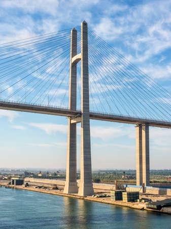 The Mubarak Peace Bridge, also known as the Al Salam Bridge, or Al Salam Peace Bridge, is a road bridge crossing the Suez Canal at El-Qantara. Banco de Imagens