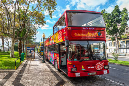 Funchal, Portugal - December 10, 2016: City Sightseeing bus at a stop waiting for tourists in Funchal, Madeira Island, Portugal. Redactioneel