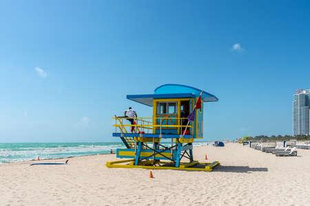 Miami, FL, États-Unis - 19 avril 2019 : soleil de Miami South Beach avec tour de sauveteur et littoral avec ciel bleu en Floride, USA. Éditoriale