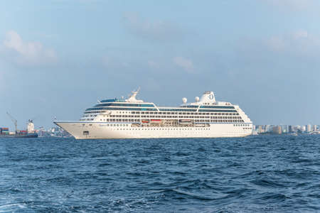 Male, Maldives - November 17, 2017: Oceania Cruises Nautica Cruise Ship in the outer harbor of Male island as seen from the boat in Maldives, Indian Ocean. 版權商用圖片 - 133366490