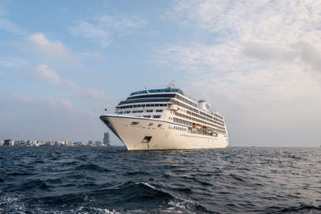 Male, Maldives - November 17, 2017: Oceania Cruises Nautica Cruise Ship is anchored in the outer harbor of Male island as seen from the boat in Maldives, Indian Ocean. 版權商用圖片 - 133366494