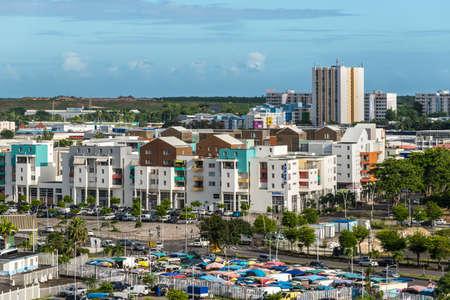 Pointe-à-Pitre, Guadeloupe - 14 décembre 2018 : Vue de Pointe-à-Pitre depuis le bateau de croisière, Guadeloupe, une région d'outre-mer de France située dans les Petites Antilles, Caraïbes. Éditoriale