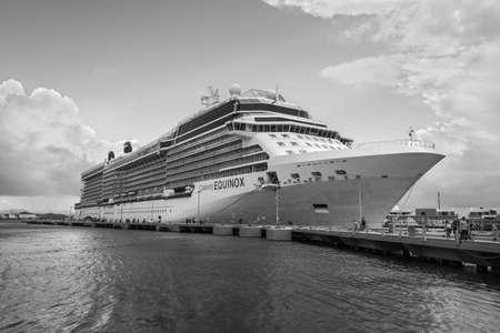 San Juan, Puerto Rico - 29. April 2019: Celebrity Equinox Kreuzfahrtschiff im Hafen von San Juan, Puerto Rico, Karibik. Schwarz-Weiß-Fotografie. Editorial