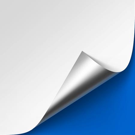 Coin de métal argenté recourbé de vecteur de papier blanc avec ombre maquette de gros plan isolé de fond bleu clair