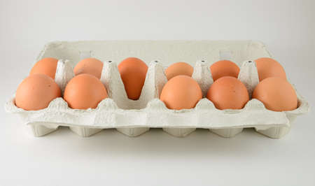 Eierkarton mit einem Ei fehlt Standard-Bild - 21799988