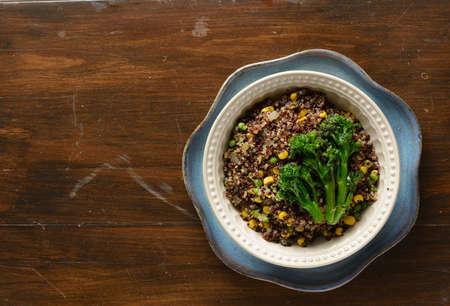 comida: Quinoa tigela cheia de brócolis, milho, ervilhas, e cebolas