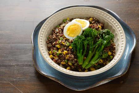 comida: Quinoa tigela cheia de brócolis, milho, ervilhas e ovos cozidos.