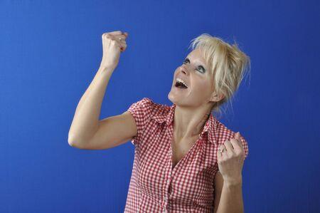 erfolgreiche frau: Erfolgreiche Frau mit den Armen oben