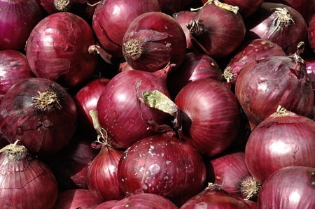 red onions: Red onions at a market stall