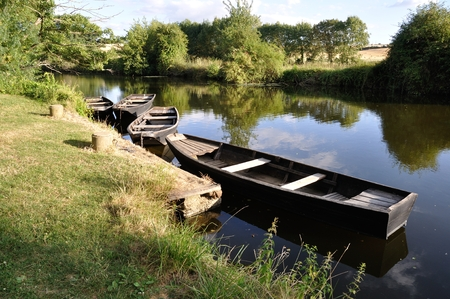 en bateau sur une rivière.