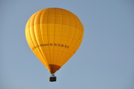 balon de basketball: DOMME_ FRANCE, JULY 28, 2016: Hot air balloon in the sky of Domme in Dordogne Editorial