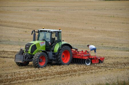 PLERIN, Francia - 13 agosto 2018 : trattore che passa aratro a scalpello a Plerin