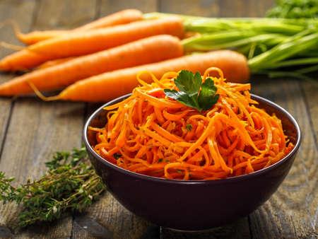 zanahorias: Espaguetis zanahoria deliciosas y picantes con jengibre, ajo, chile y limón