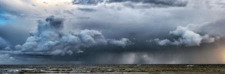 Bild von Sturm mit dramatischen Wolken am Meer