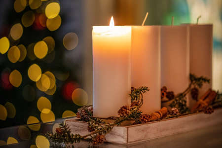Weihnachtsdekorationskerze für die Adventszeit vier brennende Kerzen brennen. Standard-Bild