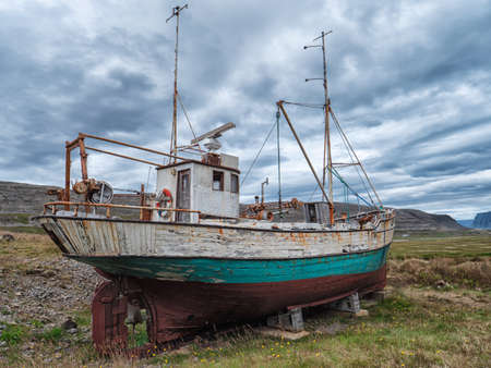 Image of Icelandic fishing boat used as a vehicle for finding fish parket on the beach Imagens