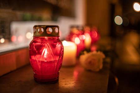 Frascos con velas encendidas sobre la superficie de piedra por la noche