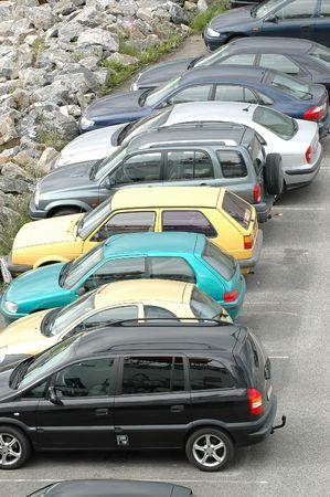 motor de carro: Autom�viles estacionados en un parkinglot  Foto de archivo