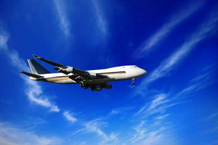 Jumbojet, cielo azul y nubes  Foto de archivo