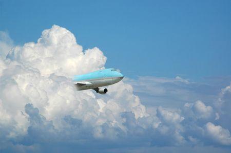 Jumbo se volaba de un cielo.  Foto de archivo