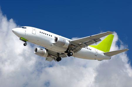 Kommerzielles DüsenflugzeugIST im Begriff, am Flughafen zu landen.