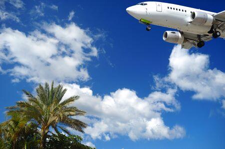 Avión está a punto de aterrizar en un destino exótico  Foto de archivo