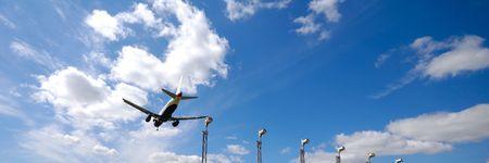 Avión va a aterrizar en un aeropuerto 1:3  Foto de archivo