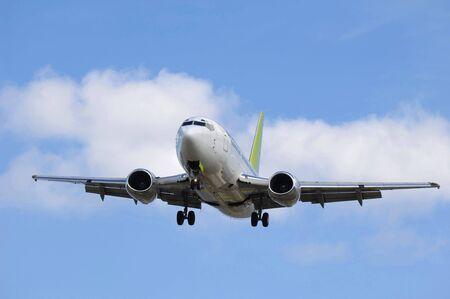 Jet avión va a aterrizar en un aeropuerto.