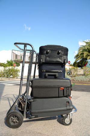 Muchas maletas en un carrito