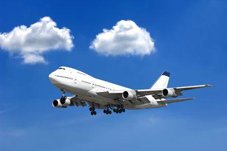 Jet enorme y dos nubes en un cielo azul Foto de archivo