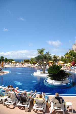 Muy bonita piscina en un destino exótico