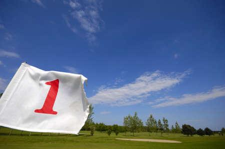 golf drapeau: Gros plan d'un pavillon de golf num�ro un.