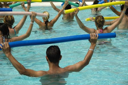 nataci�n sincronizada: Personas que hacen aerobic en la piscina de agua
