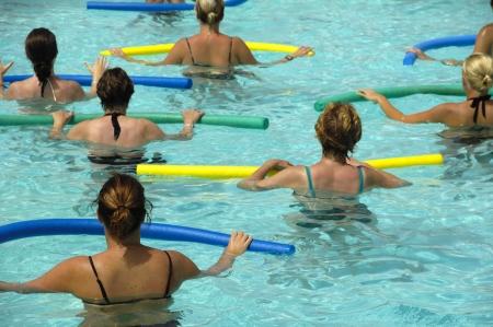 gimnasia aerobica: Wemen haciendo aer�bicos en el agua piscina