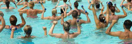 La gente est� haciendo aer�bicos en el agua piscina  Foto de archivo - 1352633