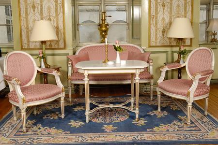 muebles antiguos: Elegante habitaci�n con muebles antiguos