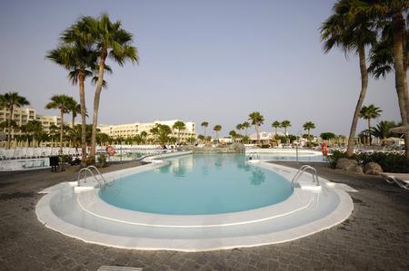 invitando: Niza invitar a piscina en un hotel resort  Editorial