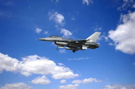 radar gun: avi�n de combate est� volando en blu y cielo nublado  Foto de archivo