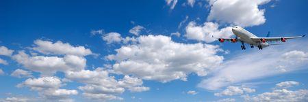 Vliegtuig en cloudscape en blauwe hemel