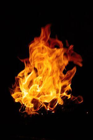 Grabación de fuego aisladas sobre fondo negro