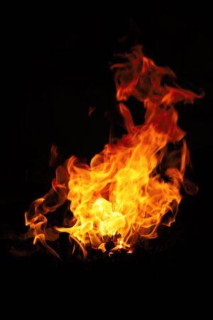 Fuego aislado sobre un fondo negro.