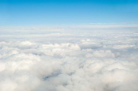 Tomado forma encima mientras volaba en un plano de las nubes blancas.  Foto de archivo