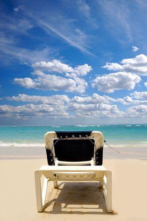 Un tumbonas cerca del agua en la playa de exótico. República Dominicana, Punta Cana.