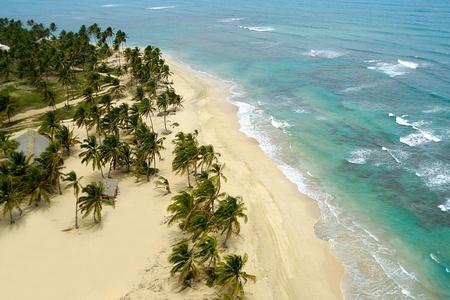 Playa vacía vista desde arriba. La República Dominicana.