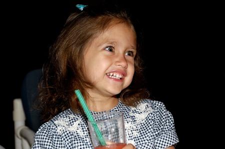 Un niño feliz dulce es sonriente y sosteniendo una bebida Foto de archivo - 9180339