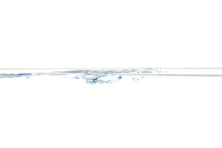 Superficie del agua con pequeñas burbujas aisladas sobre un fondo blanco.
