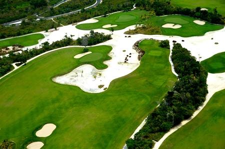 Volar por encima de un campo de golf en un destino exótico